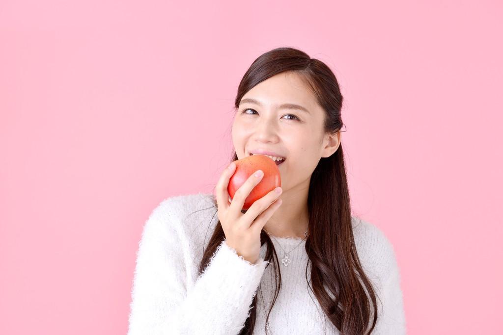 women_eat_apple